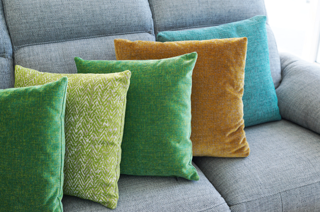 HOW TO DECORATE THE LIVING ROOM WITH COLOURED SOFAS